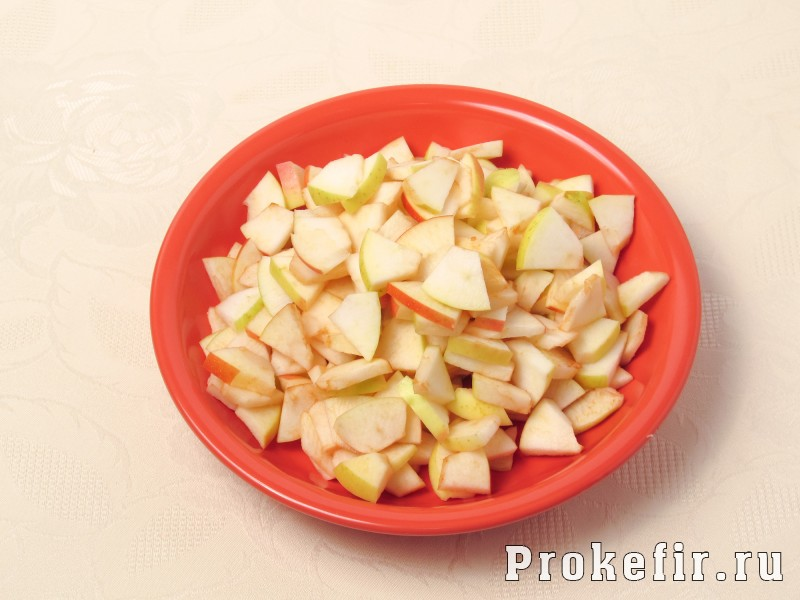 Творожный пирог со сливами и яблоками на кефире: фото 3
