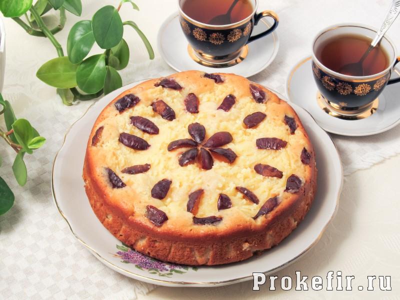 Творожный пирог со сливами и яблоками на кефире