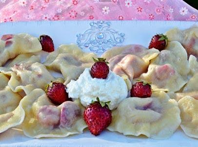 Рецепт вареников с клубникой на кефире с фото