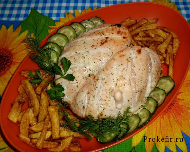 Запеченная куриная грудка в кефире с картофелем фри