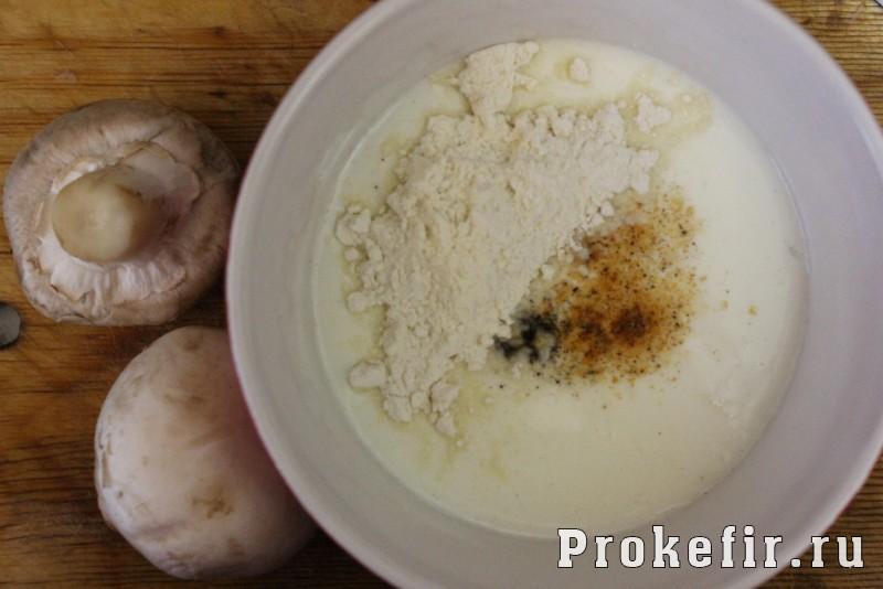 Жульен с курицей и грибами на сковороде с кефирным соусом: фото 8